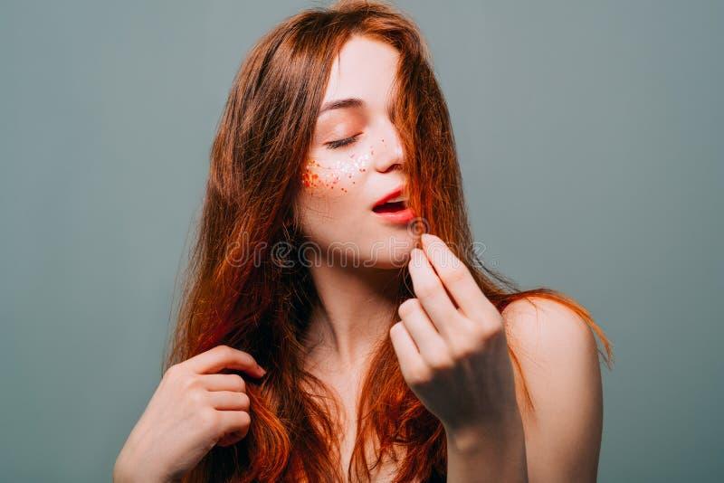 Giovane donna di bellezza della testarossa del ritratto del modello di moda fotografie stock