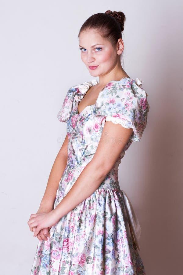 Giovane donna di bellezza in vestito nello stile del victorian fotografia stock libera da diritti