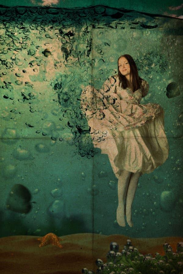 Giovane donna di bellezza in vestito sotto acqua, annata, fotografia stock