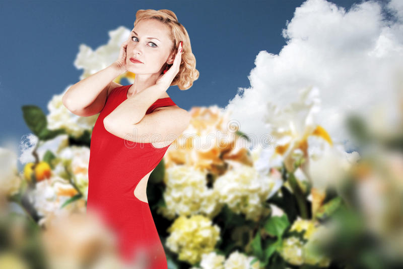 Giovane donna di bellezza in vestito sul prato immagine stock