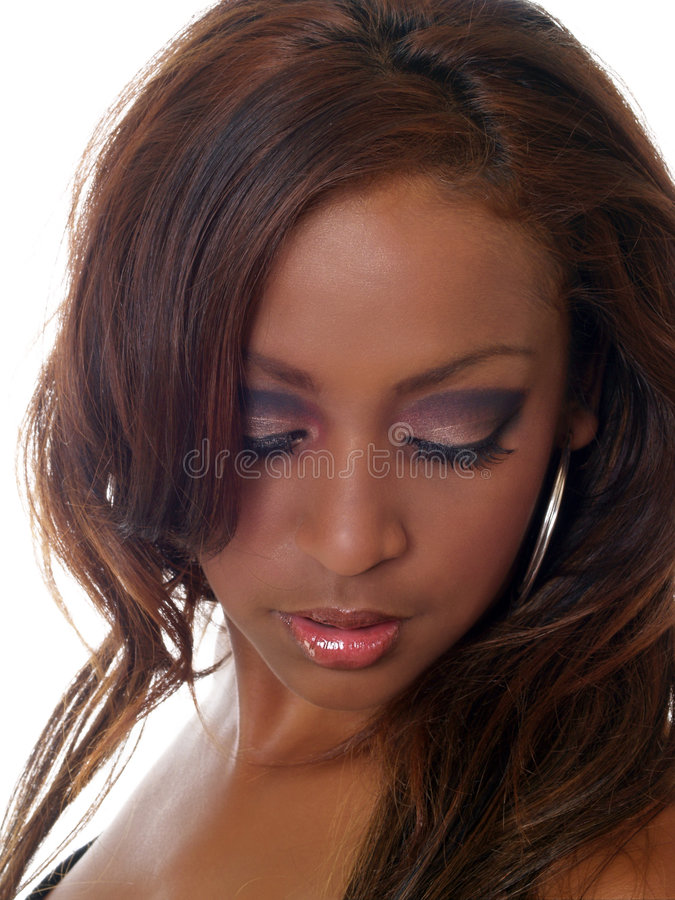 Giovane donna di colore che osserva giù con il trucco dell'occhio immagine stock libera da diritti