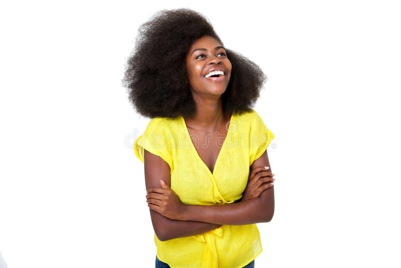 Giovane donna di colore felice che ride con le armi attraversate contro fondo bianco isolato immagine stock libera da diritti