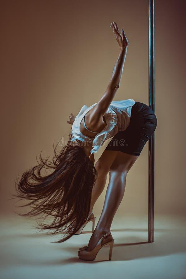 Giovane donna di dancing del palo fotografia stock