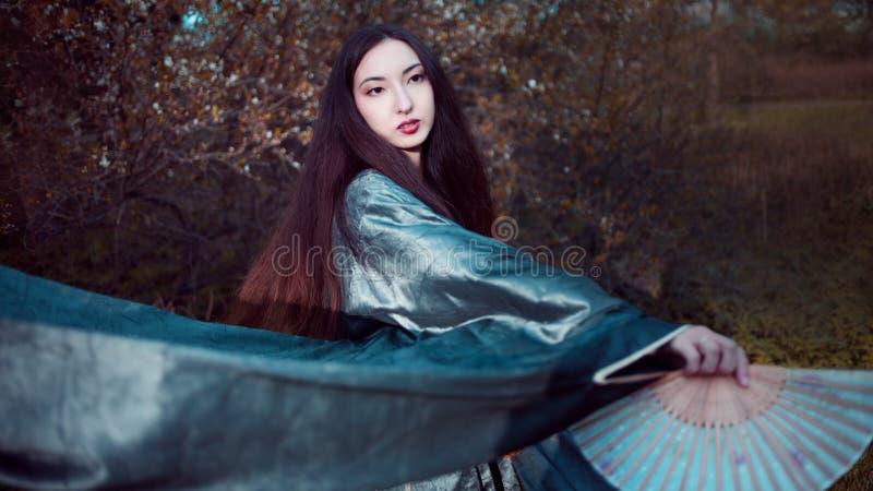 Giovane donna di dancing in kimono, costume asiatico fotografia stock libera da diritti
