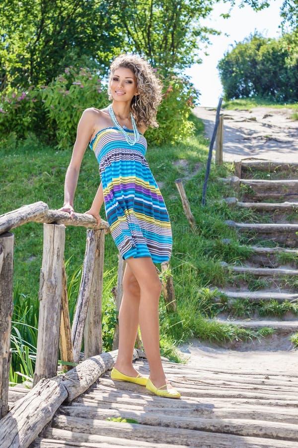 Giovane donna di estate soleggiata della sosta immagine stock