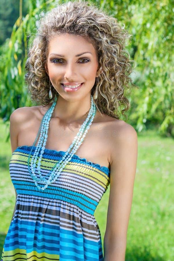 Giovane donna di estate soleggiata della sosta fotografie stock
