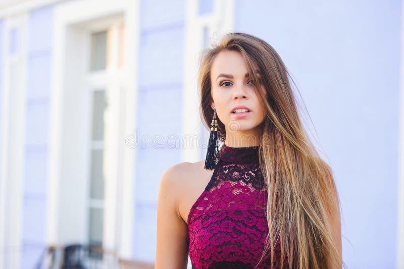 Giovane donna di fascino di bellezza che guarda con i capelli lunghi di interesse Signora alla moda con una bella pettinatura, tr fotografie stock