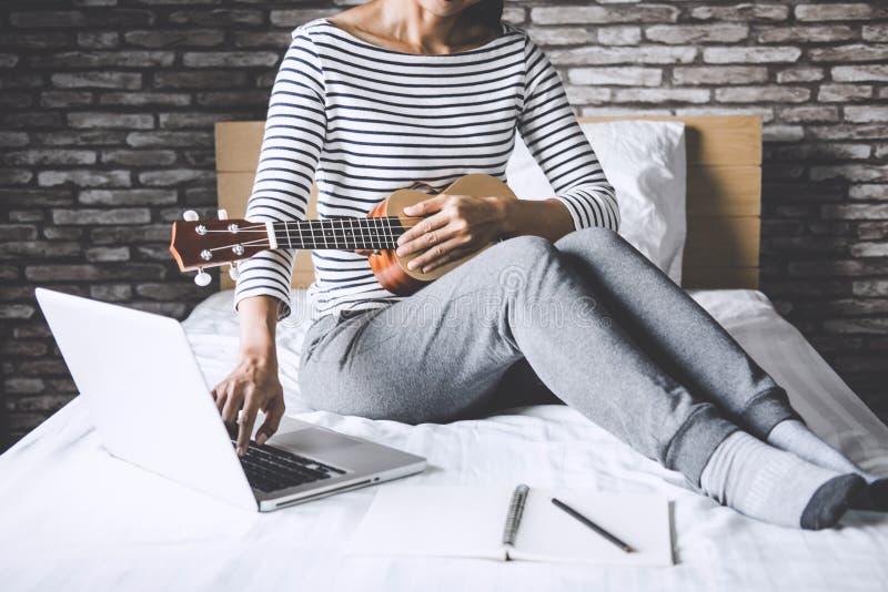 Giovane donna di felicità sulla camera da letto nel godere giocando la musica w immagine stock libera da diritti
