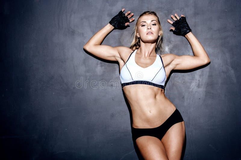 Giovane donna di forma fisica immagine stock