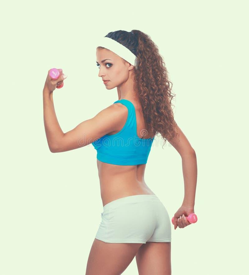 Giovane donna di forma fisica che risolve con la testa di legno immagine stock