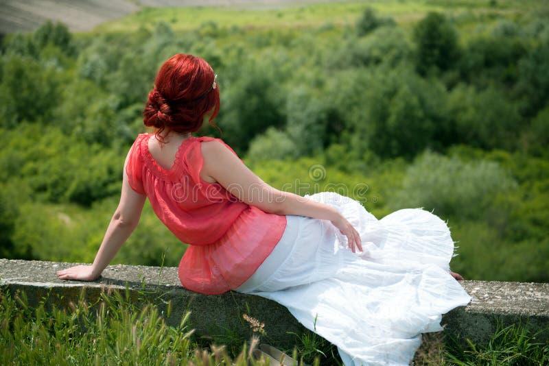 Giovane donna di hippy della testarossa che posa in natura fotografie stock