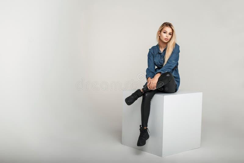 Giovane donna di modello alla moda in jeanswear dell'annata di modo fotografia stock
