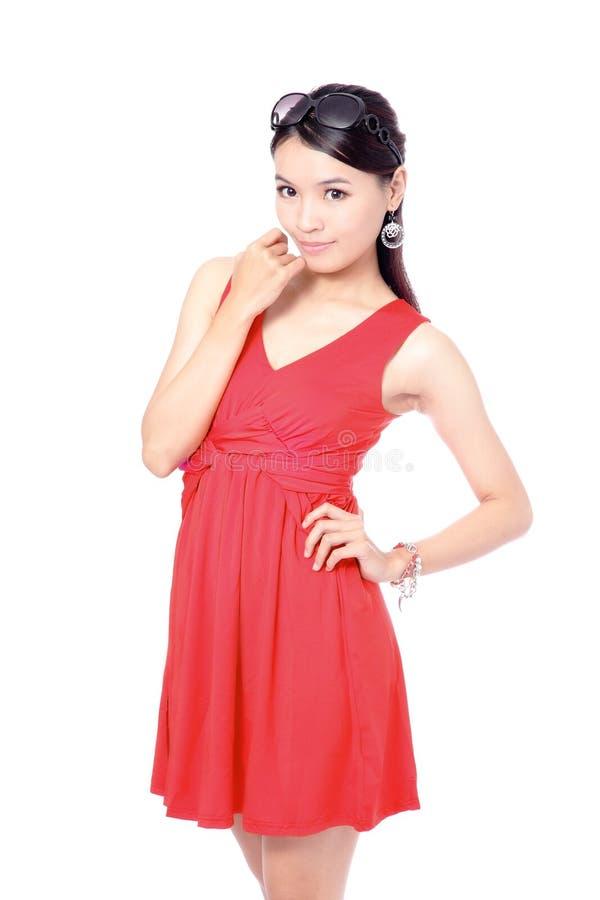 Giovane donna di modo con il panno rosso fotografia stock