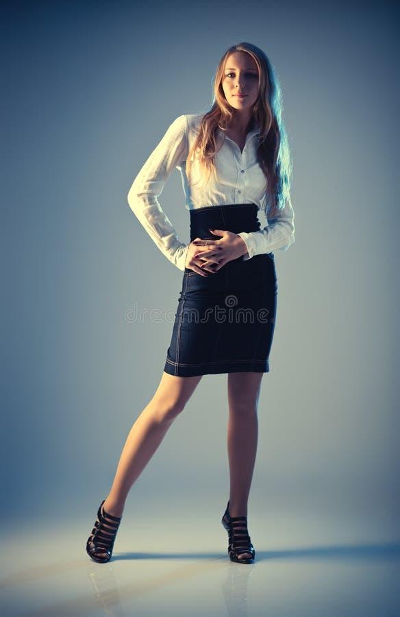 Giovane donna di modo in vestiti di affari fotografia stock libera da diritti