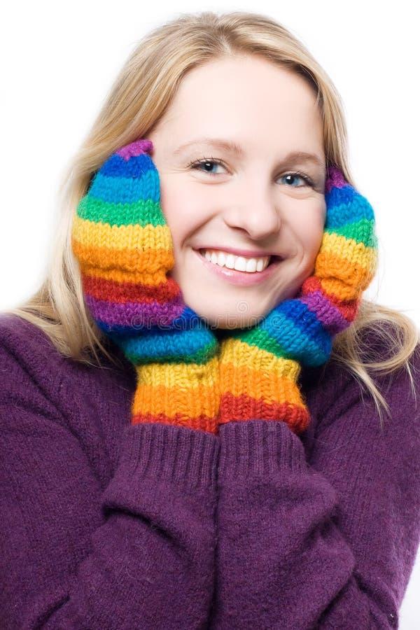 Giovane donna di risata di bellezza in guanti variopinti fotografia stock libera da diritti