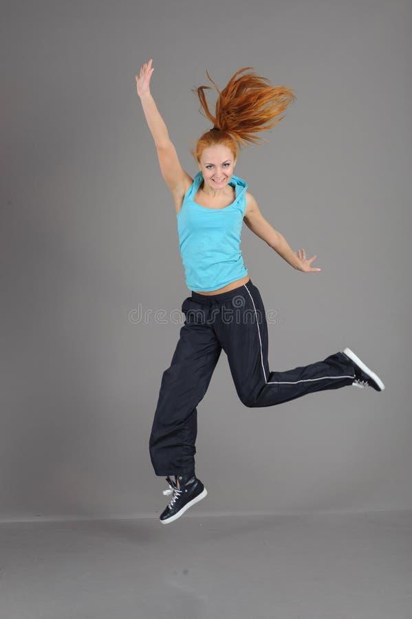Giovane donna di salto fotografia stock libera da diritti