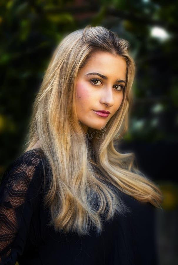 Giovane donna di sguardo pacifica con capelli biondi lunghi fotografie stock