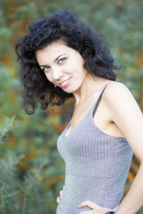 Giovane donna di sguardo piacevole sulla foresta verde fotografie stock
