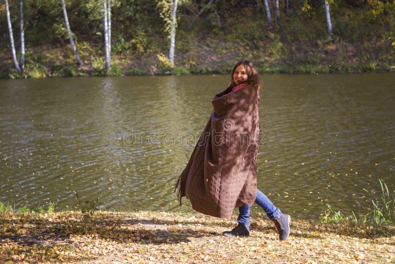 Giovane donna divertendosi in un parco fotografia stock libera da diritti