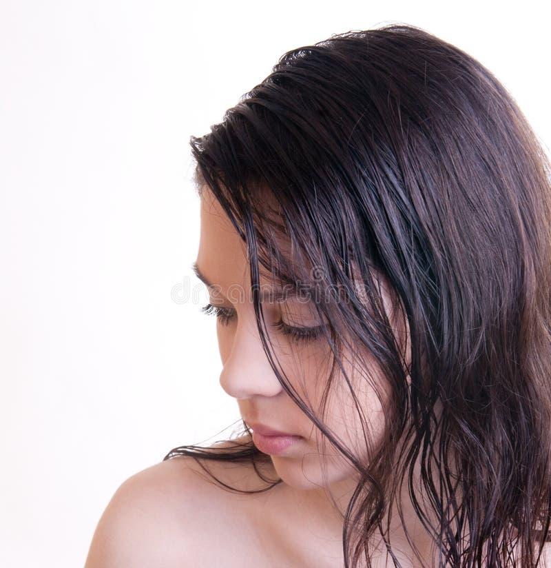 Giovane donna dopo l'acquazzone immagine stock