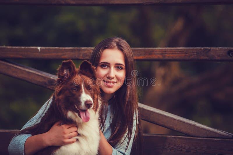 Giovane donna e cane di border collie immagini stock