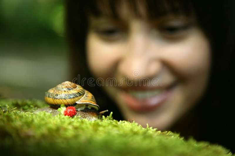 Giovane donna e lumaca fotografie stock