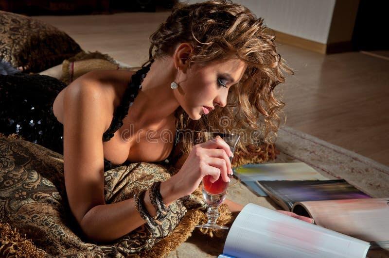 Giovane donna e scomparto della lettura fotografie stock