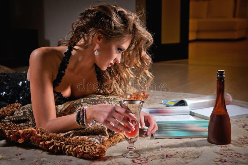 Giovane donna e scomparto della lettura immagine stock libera da diritti