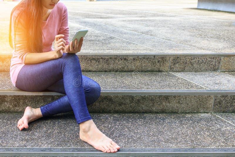 Giovane donna e smartphones fotografia stock
