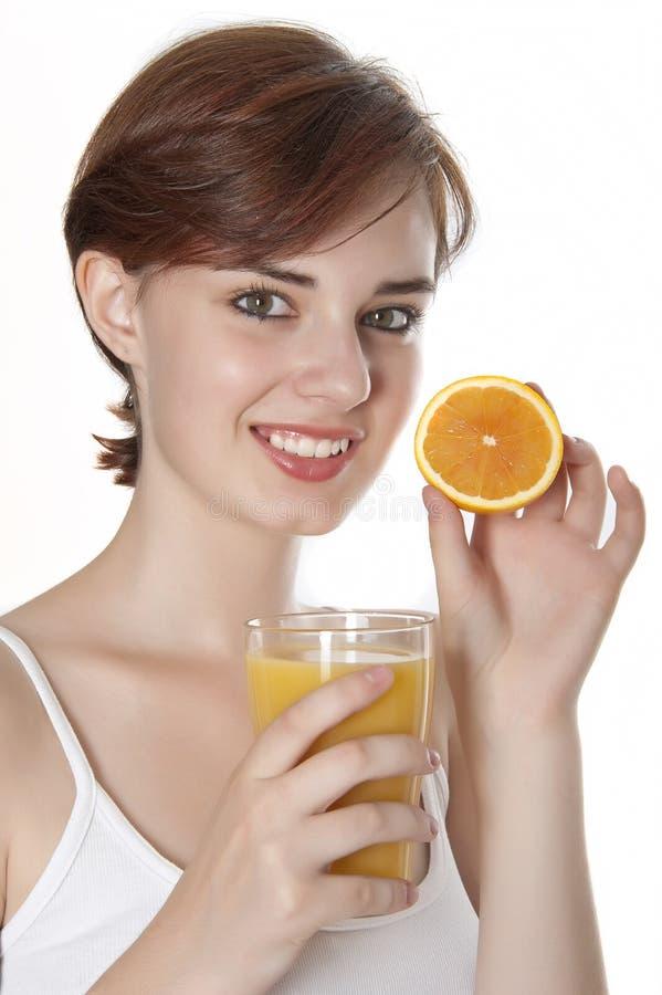 Giovane donna e succo di arancia fotografie stock