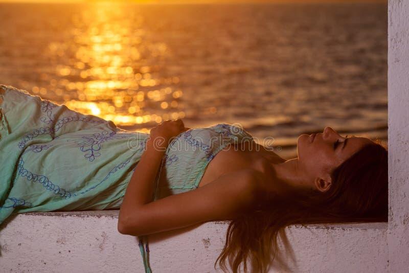 Giovane donna e un bello tramonto fotografie stock libere da diritti