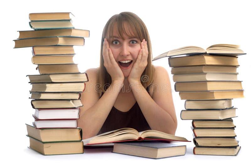 Giovane donna e un mucchio dei libri fotografia stock libera da diritti