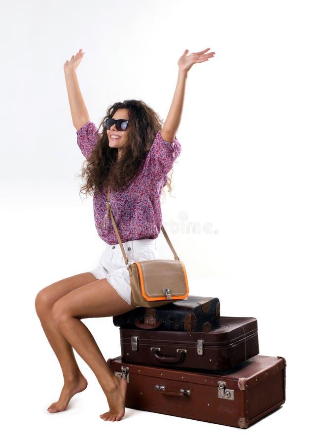 Giovane donna e valigie isolate su bianco immagine stock libera da diritti
