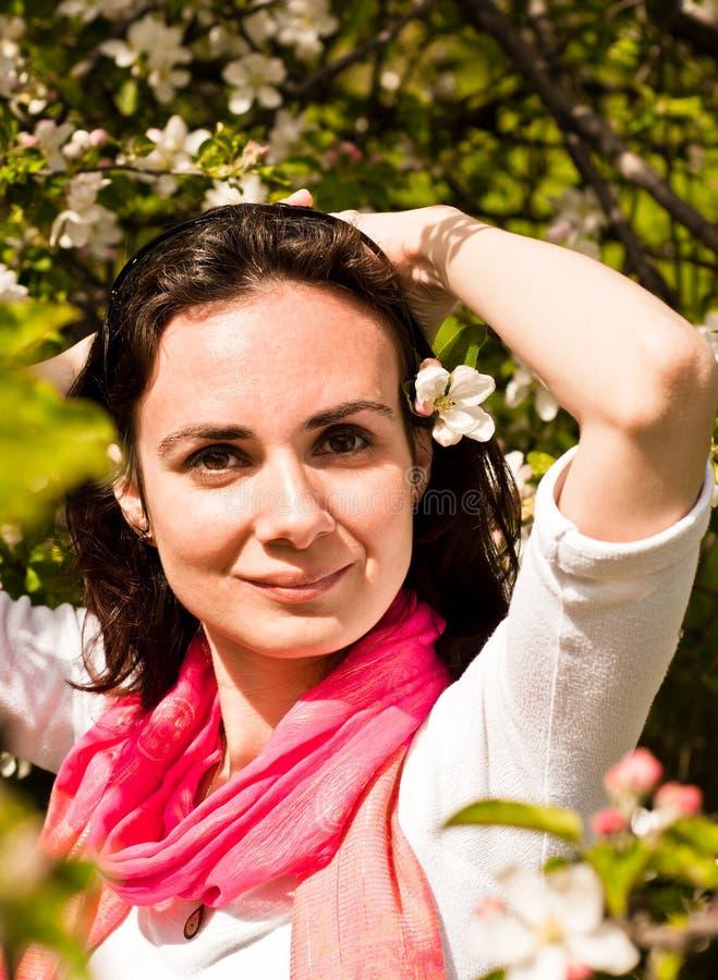 Giovane donna ed albero fiorito fotografie stock