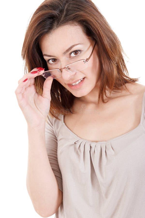 Giovane donna educativa attraente che esamina il suo vetro di classe fotografia stock