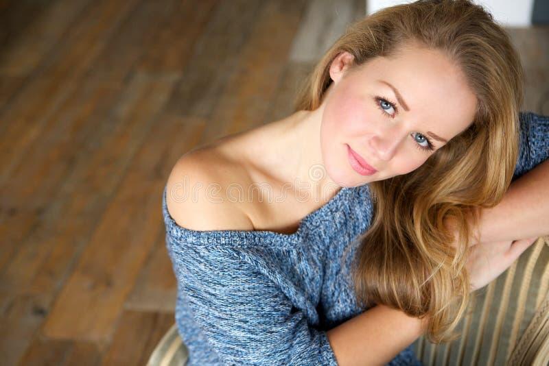 Giovane donna elegante che si rilassa a casa fotografia stock