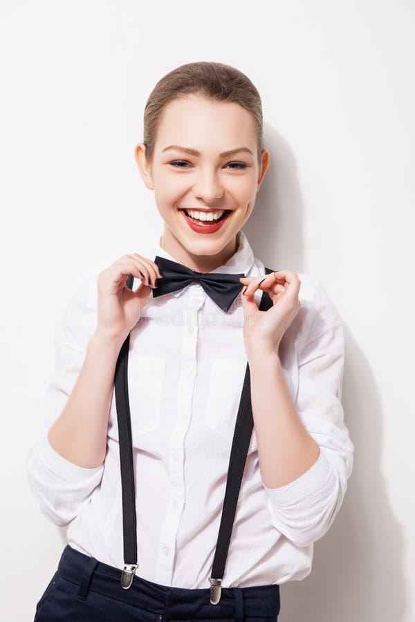 Giovane donna elegante che tiene il suo farfallino fotografie stock libere da diritti