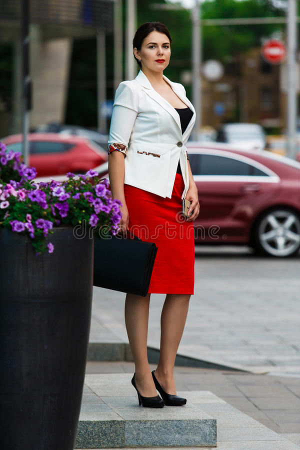 Giovane donna elegante di affari con il telefono cellulare fotografia stock libera da diritti