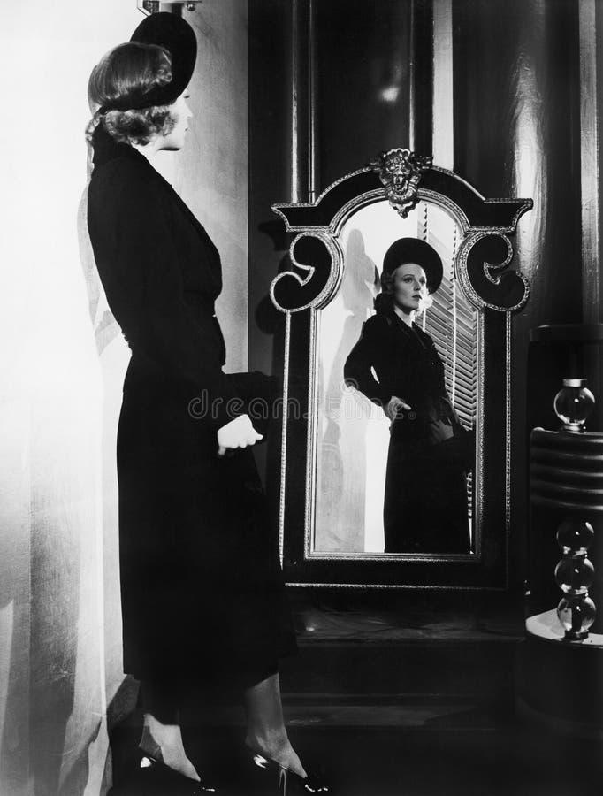 Giovane donna elegante rispecchiata nel profilo (tutte le persone rappresentate non sono vivente più lungo e nessuna proprietà es fotografia stock