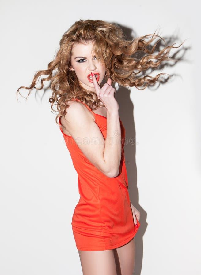 Giovane donna emozionale in un vestito rosso fotografia stock