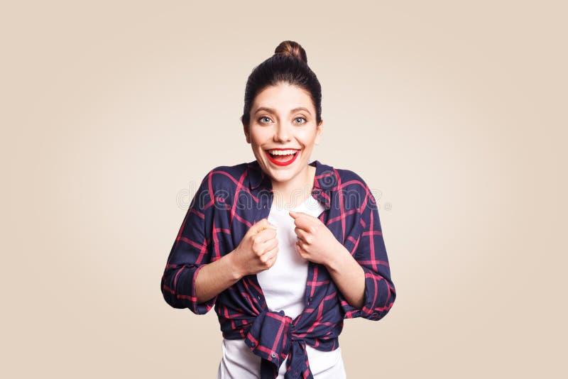 Giovane donna emozionante felice con i capelli neri del panino che grida o che esclama, bocca d'apertura ampiamente, gesturing co fotografia stock libera da diritti