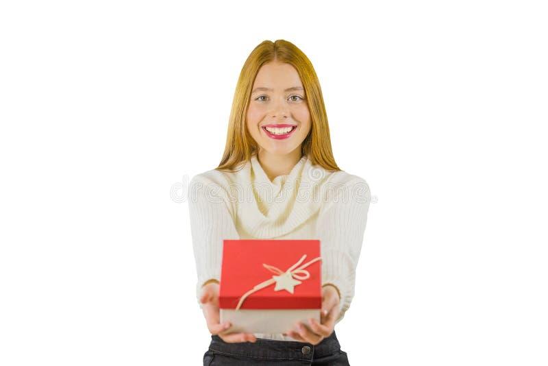 Giovane donna emozionante felice con il contenitore di regalo su fondo bianco fotografia stock libera da diritti