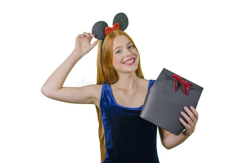 Giovane donna emozionante felice in vestito con il contenitore di regalo su fondo bianco immagini stock libere da diritti
