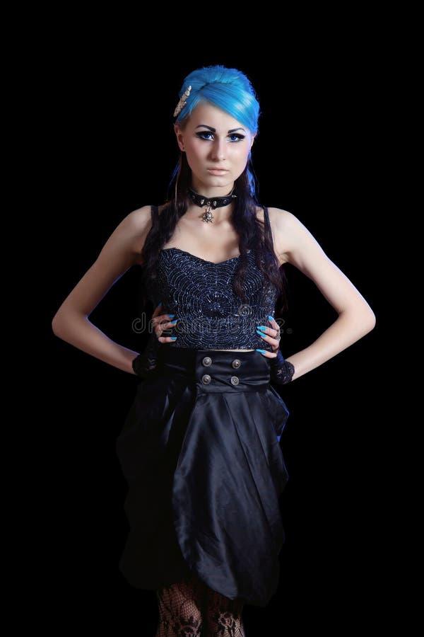 Giovane donna esile del goth con capelli blu fotografia stock libera da diritti