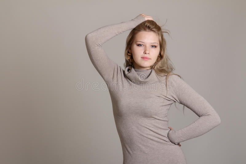 Giovane donna esile in vestito beige immagini stock