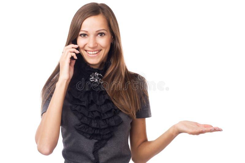 Giovane donna espressiva che parla sul telefono cellulare fotografie stock libere da diritti