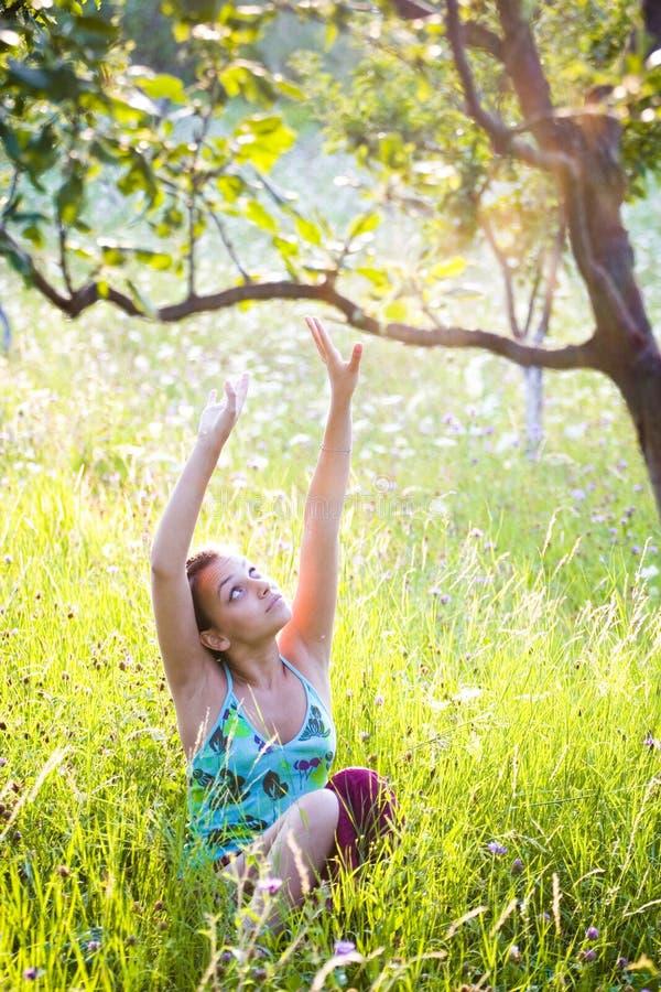 Giovane donna in estate fotografie stock libere da diritti