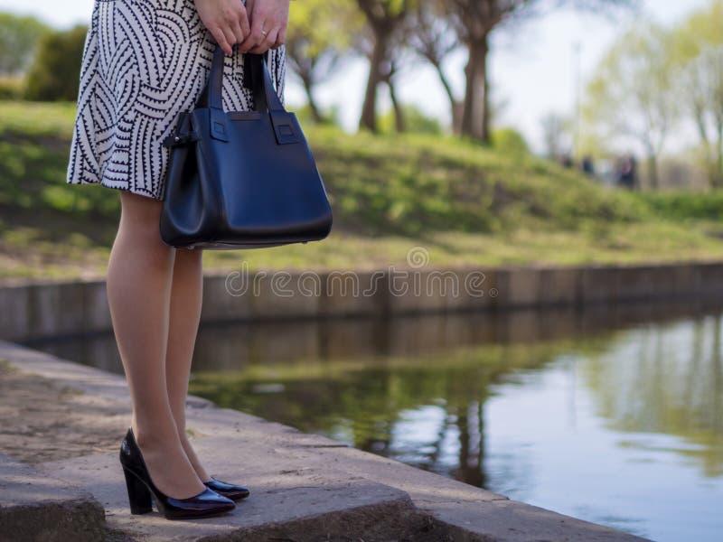 Giovane donna europea alla moda in un impermeabile fotografia stock
