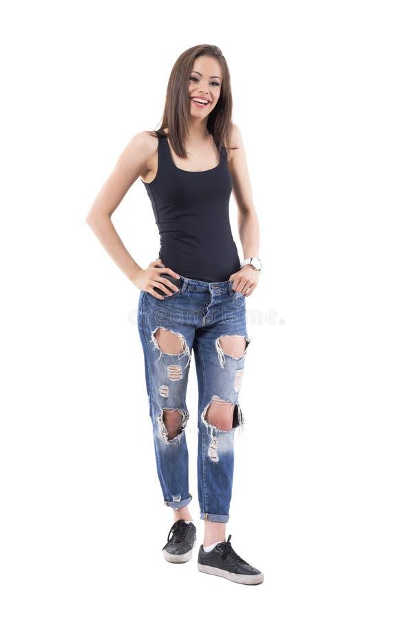 Giovane donna felice adorabile alla moda incantante che sorride e che posa con le mani sulla vita fotografia stock libera da diritti