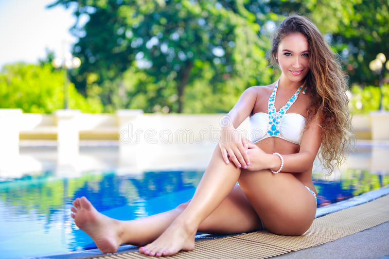 Giovane donna felice alla piscina della piscina fotografie stock